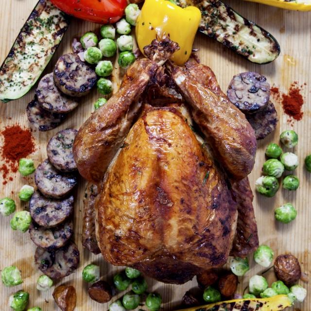 感恩节欢聚品尝现切整只烤火鸡